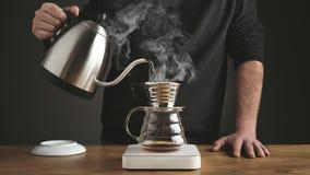 Cozinhando o potenciômetro do café do gotejamento v60 vídeos de arquivo