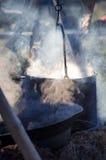 Cozinhando o potenciômetro com o alimento caloroso no fogo Foto de Stock Royalty Free