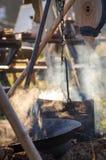Cozinhando o potenciômetro com o alimento caloroso no fogo Foto de Stock