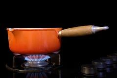 Cozinhando o potenciômetro no fogão Fotos de Stock