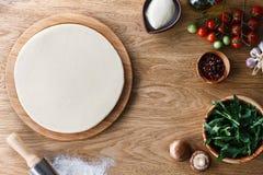 Cozinhando o processo da pizza fotografia de stock