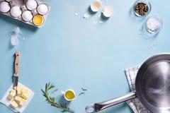 Cozinhando o quadro Ingredientes para preparar o café da manhã com ovos em uma frigideira Vista superior, espaço do texto Imagens de Stock Royalty Free
