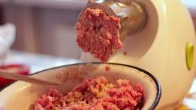 Cozinhando o recheio de carne da carne usando a picadora de carne video estoque