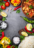 Cozinhando o taco mexicano com feijões e vegetais da carne foto de stock royalty free