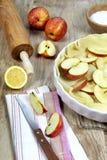 Cozinhando o tarte de maçã, utensílios da cozinha Fotos de Stock Royalty Free