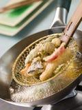Cozinhando o Tempura dos vegetais em um Wok Fotos de Stock