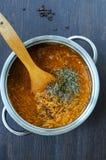 Cozinhando o trigo mourisco com queijo e cenoura Fotos de Stock