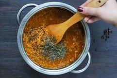 Cozinhando o trigo mourisco com queijo e cenoura Foto de Stock Royalty Free