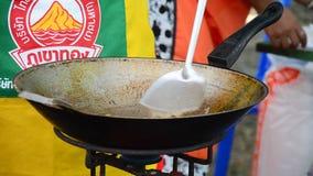 Cozinhando a omeleta ou Kai Jeow Moo Sab tailandesa da carne de porco do estilo da culinária tailandesa video estoque