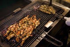Cozinhando os camarões do rei grelhados no restaurante Fotos de Stock