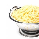 Cozinhando os espaguetes em um metal do escorredor Fotos de Stock Royalty Free