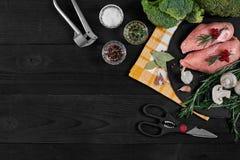 Cozinhando os peitos de frango Na tabela são as especiarias - pimenta dos alecrins, a vermelha e a preta, cogumelos, brócolis Con Fotos de Stock Royalty Free