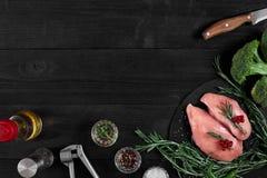 Cozinhando os peitos de frango Na tabela são as especiarias - pimenta dos alecrins, a vermelha e a preta Conceito - alimento saud Fotos de Stock