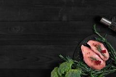 Cozinhando os peitos de frango Na tabela são as especiarias - pimenta dos alecrins, a vermelha e a preta Conceito - alimento saud Imagem de Stock Royalty Free