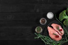 Cozinhando os peitos de frango Na tabela são as especiarias - pimenta dos alecrins, a vermelha e a preta Conceito - alimento saud Fotografia de Stock Royalty Free