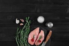 Cozinhando os peitos de frango Na tabela são as especiarias - pimenta dos alecrins, a vermelha e a preta Conceito - alimento saud Imagem de Stock