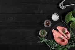 Cozinhando os peitos de frango Na tabela são as especiarias - pimenta dos alecrins, a vermelha e a preta Conceito - alimento saud Fotografia de Stock