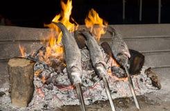 Cozinhando os peixes grelhados Fotos de Stock