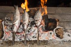 Cozinhando os peixes grelhados Foto de Stock Royalty Free