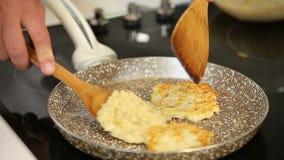 Cozinhando panquecas do potatoe em uma frigideira vídeos de arquivo