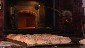 Cozinhando a pastelaria em um forno do tijolo video estoque