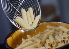 Cozinhando Penne Fotografia de Stock