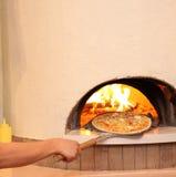 Cozinhando a pizza Imagens de Stock