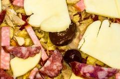 cozinhando a pizza caseiro com pimentas, ameixas, presunto, salsicha, queijo e especiarias, close up imagens de stock