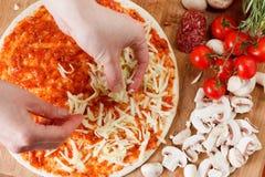 Cozinhando a pizza caseiro com salmões, tomates e cogumelos imagem de stock