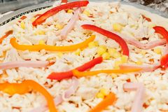 Cozinhando a pizza caseiro em um fundo de madeira foto de stock royalty free
