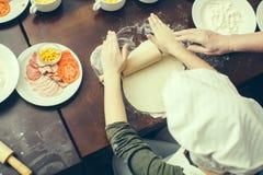 Cozinhando a pizza com ingredientes Foto de Stock Royalty Free