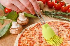 Cozinhando a pizza com legumes frescos Os ingredientes de alimento fecham-se acima Imagem de Stock Royalty Free