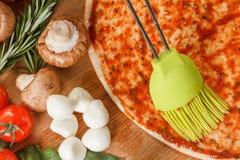 Cozinhando a pizza com legumes frescos Os ingredientes de alimento fecham-se acima imagens de stock royalty free