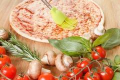 Cozinhando a pizza com legumes frescos Os ingredientes de alimento fecham-se acima fotografia de stock royalty free