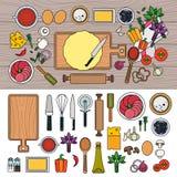 Cozinhando a pizza com os ingredientes na tabela de madeira Imagens de Stock