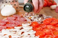 Cozinhando a pizza deliciosa italiana tradicional caseiro quatro estações foto de stock