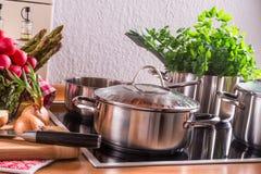 Cozinhando potenciômetros no fogão imagens de stock royalty free