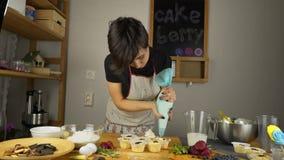 Cozinhando queques Aplique o creme filme