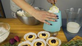 Cozinhando queques Aplique o creme video estoque