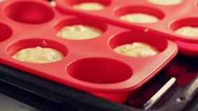 Cozinhando queques caseiros do requeij?o A massa ? derramada em moldes do silicone para cozer video estoque