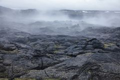 Cozinhando a região Islândia do nordeste Escandinávia de Myvatn da área vulcânica de Krafla do campo de lava fotografia de stock