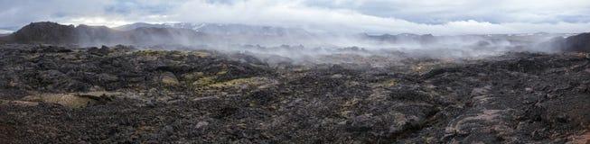 Cozinhando a região Islândia do nordeste Escandinávia de Myvatn da área vulcânica de Krafla do panorama do campo de lava fotos de stock