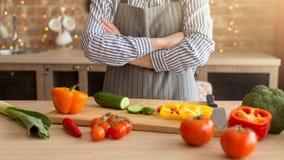 Cozinhando a salada com vegetais M?os da mulher nova fotografia de stock