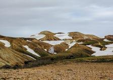 Cozinhando a terra na área geotérmica ativa Jokultungur, fuga de Thorsmork a Landmannalaugar, montanhas de Laugavegur de Islândia imagem de stock royalty free