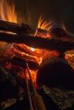 Cozinhando tortas da fogueira Fotos de Stock Royalty Free