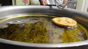 Cozinhando tortas ou dougnuts tradicionais do Dia das Bruxas vídeo filme
