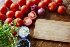 Cozinhando um molho italiano clássico do tomatoe Imagens de Stock Royalty Free