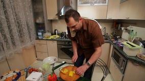 Cozinhando um sushi em casa video estoque