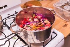 Cozinhando vegetais e especiarias, vegetarianos no potenciômetro, alimento do vegetariano fotos de stock royalty free