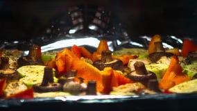 Cozinhando vegetais grelhados com timelapse da faixa da galinha video estoque